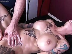 Anna Bell Peaks Receives Erotic Massage and Happy Ending